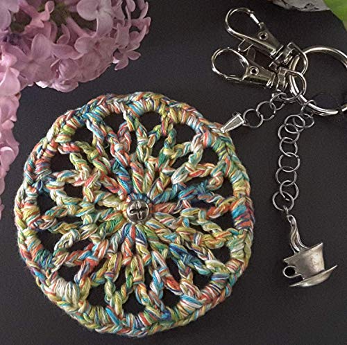 "Llavero hecho a mano de crochet y abalorios diseño exclusivo hecho a mano, pieza única modelo ""Rueda Arco Iris'. Colgante para bolso, mochila o cartera. 8 cm. de diámetro"